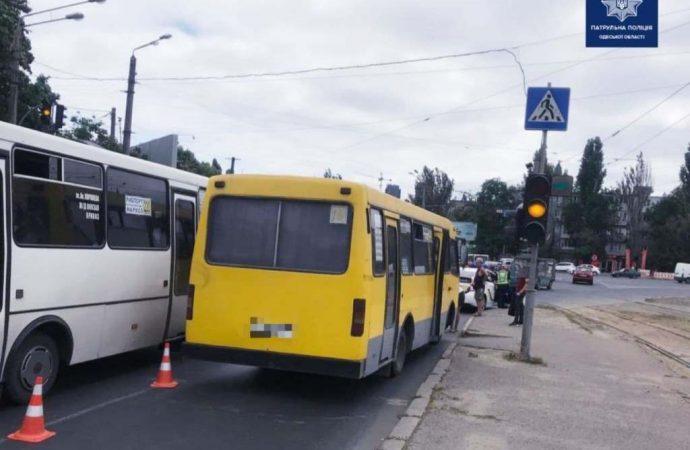 В Одессе на Водопроводной маршрутка сбила женщину на «зебре»