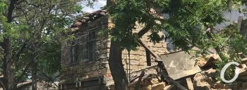 В Одессе на Старопортофранковской рухнул дом и завалил стоянку (фото)