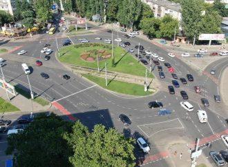 На площади Толбухина убрали круговое движение и сделали велополосу