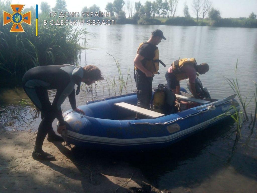 спасатели на резиновой лодке на реке Днестр