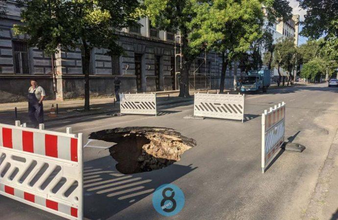 В Одессе «устал» асфальт посреди дороги на Пироговской (фото)