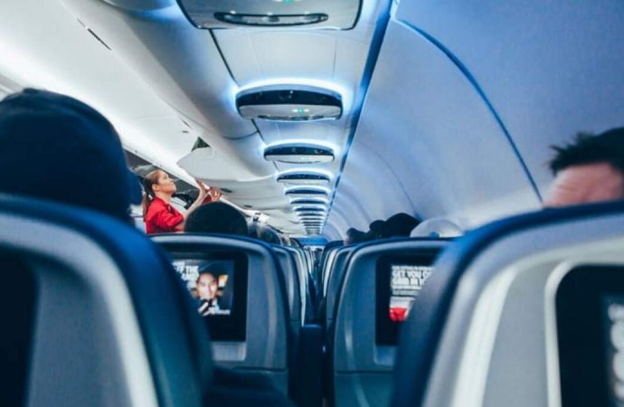 В Одессе «авторитет» отказался надеть маску в самолете: кричал, бросался бумагами, за что и был снят с рейса (видео)