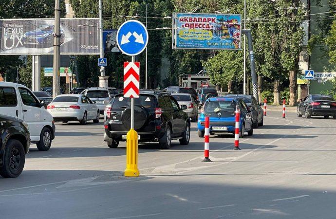 На площади Толбухина завершили нанесение разметки, установку делиниаторов и сигнальной тумбы (фото, видео)
