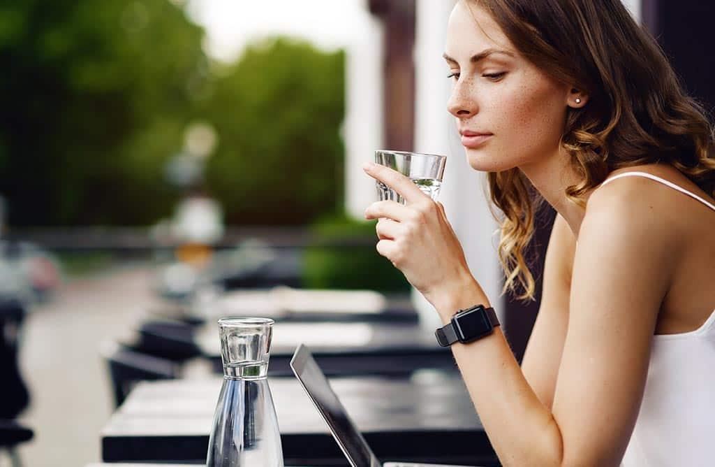 стакан вода девушка
