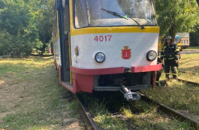 На поселке Котовского газонокосильщик попал под трамвай: чтобы его достать, вызвали автокран (фото)
