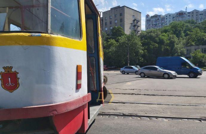 В Одессе на Балковской трамвай развернуло поперек: 15 маршрут не ходит