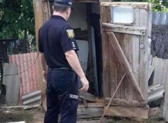 Уронила телефон и лишилась жизни: в Одесской области девочка-подросток задохнулась в выгребной яме туалета