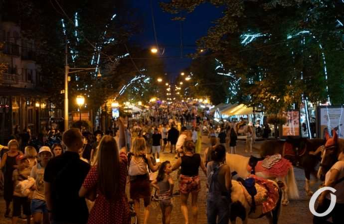 Вечерняя Дерибасовская: как гуляет-развлекается народ (фоторепортаж)