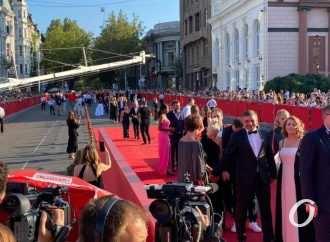Одесский кинофестиваль-2021: красная дорожка, минута молчания и первый приз (фоторепортаж)