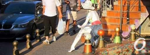 «Просящая в шляпе»: на одесской Ланжероновской появилась необычная дама (фото)