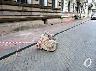 С красивейшего одесского дома Лерхе на Приморском бульваре снова грохнула часть лепнины (фото)