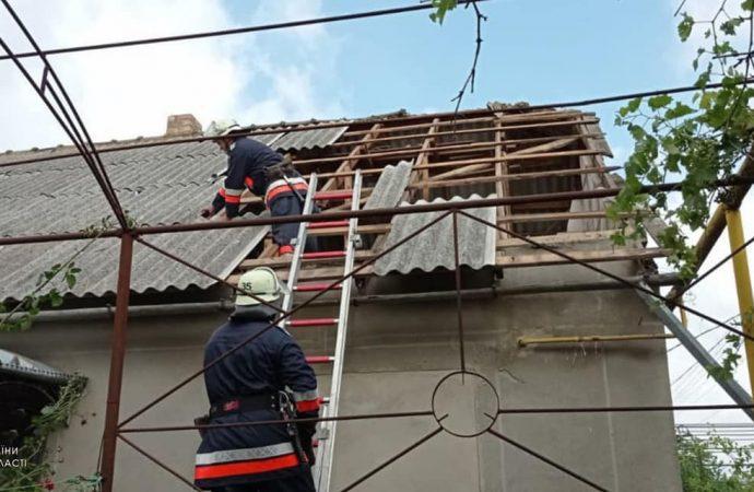 Ураган в Одесской области срывал крыши, валил огромные деревья и заборы (фото)