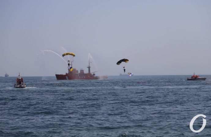 В Одессе прошел военно-морской парад: захватывающее зрелище (фоторепортаж)