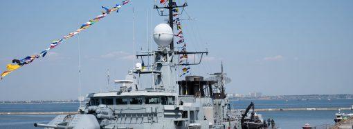 В порту Одессы пускали на боевые корабли, а на Морвокзале показали вооружение (фоторепортаж)
