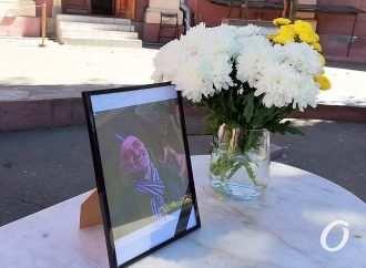 «Ро — наш бро…»: одесситы приходят в Худмузей со слезами и цветами