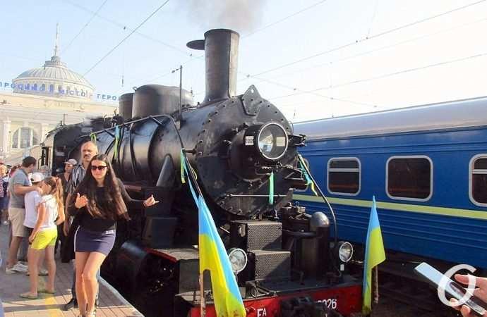 Пронзительный гудок и уголек: с Одесского железнодорожного вокзала отправился в вояж раритетный старичок-паровоз