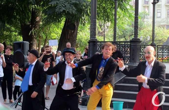Оживающий лебедь, танцующие чашки: «Маски» — в одесском Горсаду (фоторепортаж)