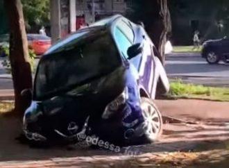 «Карма в действии»: как в Одессе судьба «гения парковки» наказала (видео, фото)