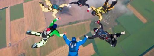 Украинские парашютисты станцевали гопак на высоте 4000 метров (видео)