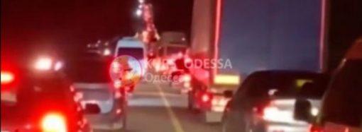 «Одесса, встречай гостей»: киевская трасса замерла в многокилометровых пробках (фото)
