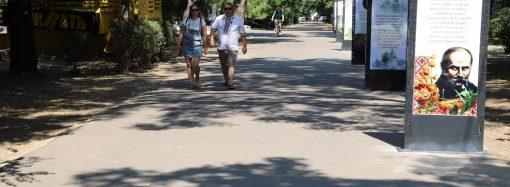 В парке Шевченко появилась аллея со светящимися стихами и чудо-куб (фото)