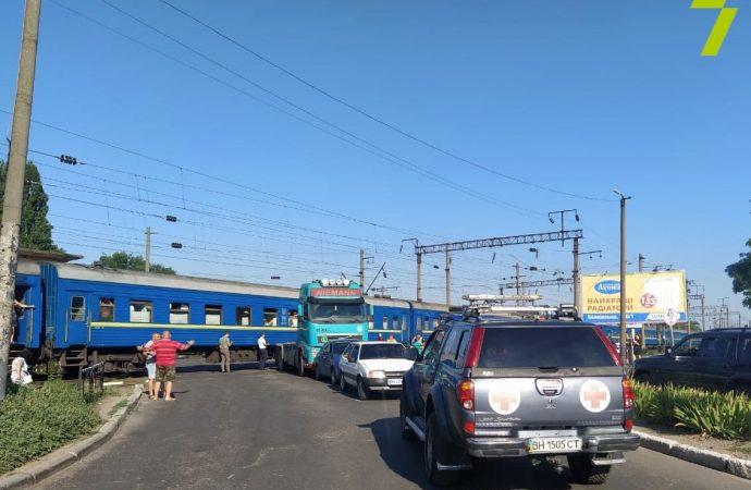 В Одессе поезд врезался в грузовик – на переезде большая пробка (видео)