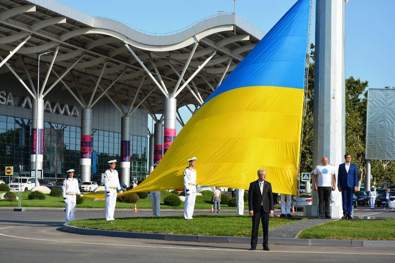 украинский флаг в одесском аэропорту2