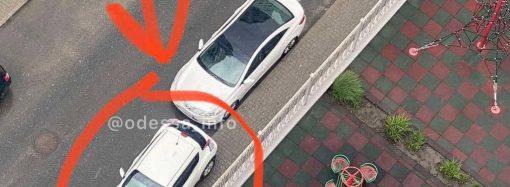 "Одессит припарковался, нарушив 4 запрета сразу: мастер-класс от ""героя парковки"""