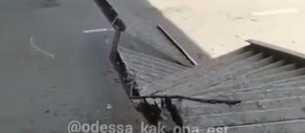 В Одессе «устал» еще один мост: перила обвалились прямо на дорогу
