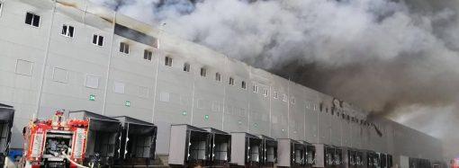 Огонь на складах локализован: пожарные тушат остаточные очаги возгорания (видео)