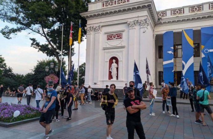 Одесским радикалам не удалось сорвать ЛГБТ-Прайд – ограничились флагом Евросоюза у мэрии (фото)