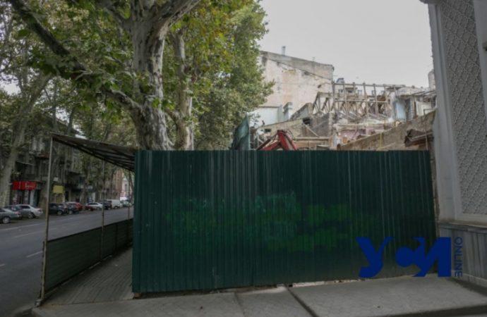 На Ришельевской усердно сносят памятник архитектуры: из трех этажей остался один