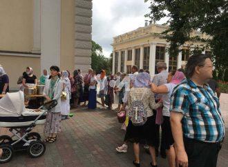Одесситы выстроились во внушительную очередь за бесплатным обедом на Соборке (фото)