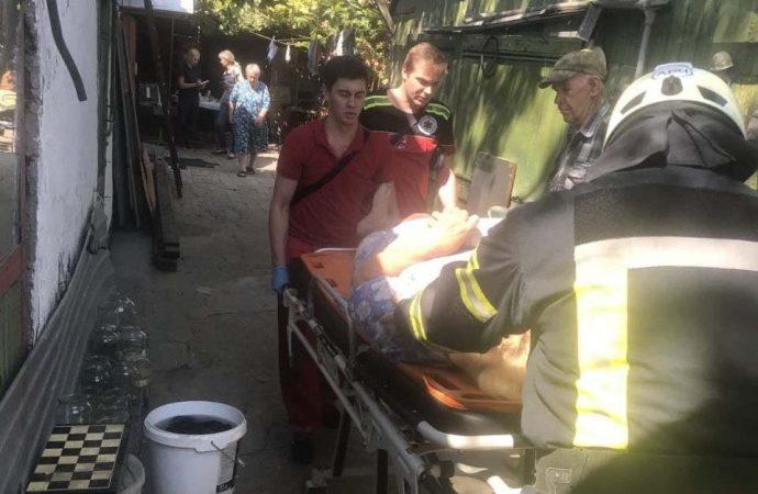 Пожилая одесситка упала в 2-метровый подвал