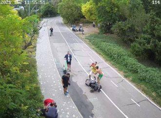 На Трассе здоровья пожилой велосипедист сбил коляску с ребенком (фото)