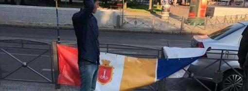 Третья попытка: в центре Одессы снова покушались на баннер с флагом и гербом Украины – что ждало вандала? (видео)