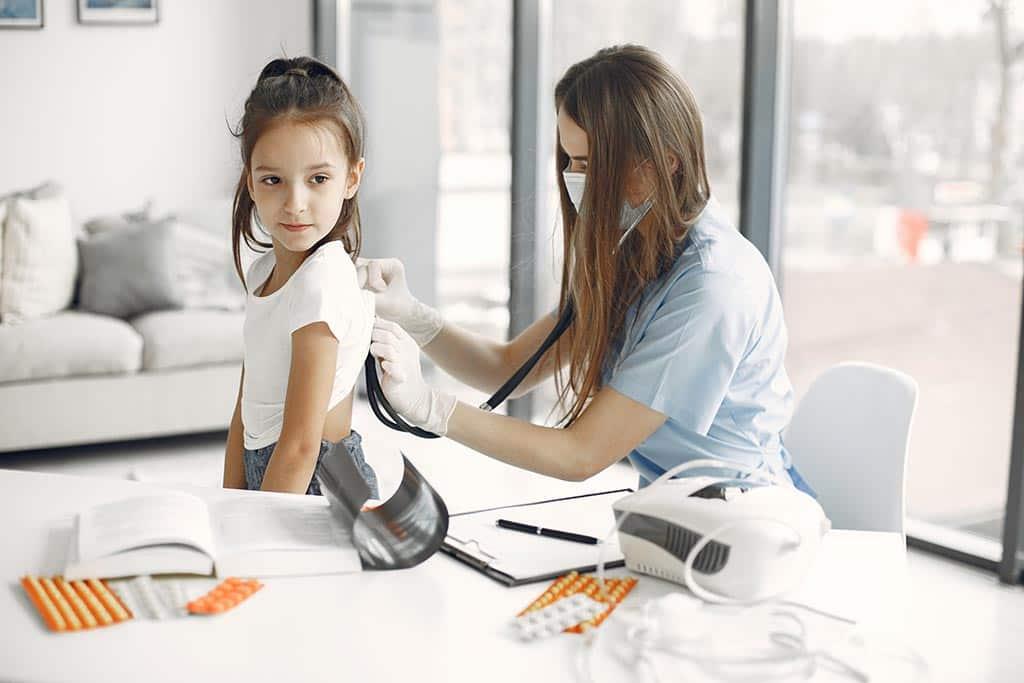 врач ребенок осмотр
