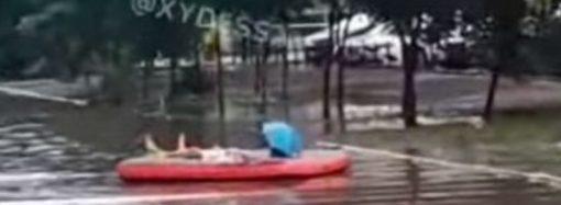 Непогода по-одесски: мини-Венеция, подводный супермаркет и уличный заплыв (видео)