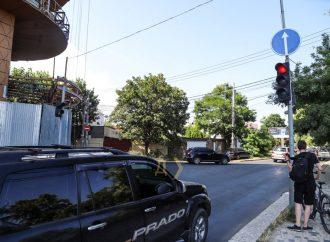 Знаки-загадки и с «законом» непонятки: что происходит на одесской Львовской? (фото, видео)