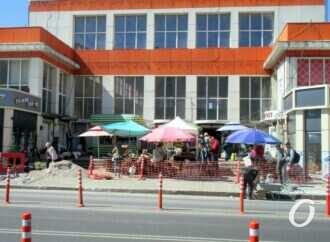 На одесской Екатерининской у Привоза ремонтируют тротуар у молочного корпуса (фото)