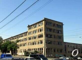Одесские «заброшки»: груды стекла и метры кинопленки у «нового» здания на Дальницкой (фото)