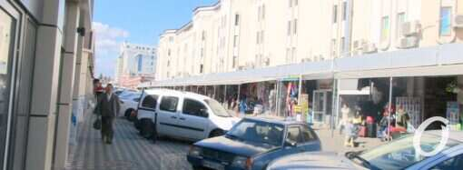 Авто и грузовики вокруг Привоза: когда появится парковка? (фото)