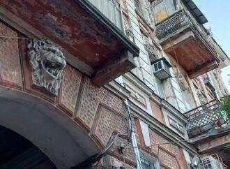 У одесситки душа болит за разрушающийся памятник архитектуры – но властям и жильцам все равно