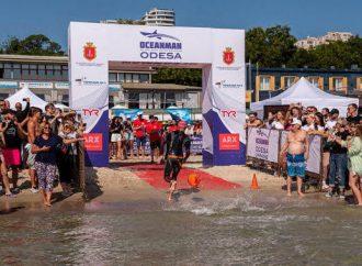 Шторм и нападения медуз: в Одессе прошли соревнования по плаванию Oceanman