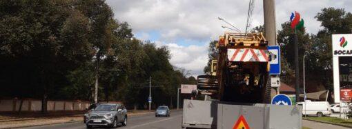 На Люстдорфской дороге устанавливают реверсивные светофоры и наносят временную разметку
