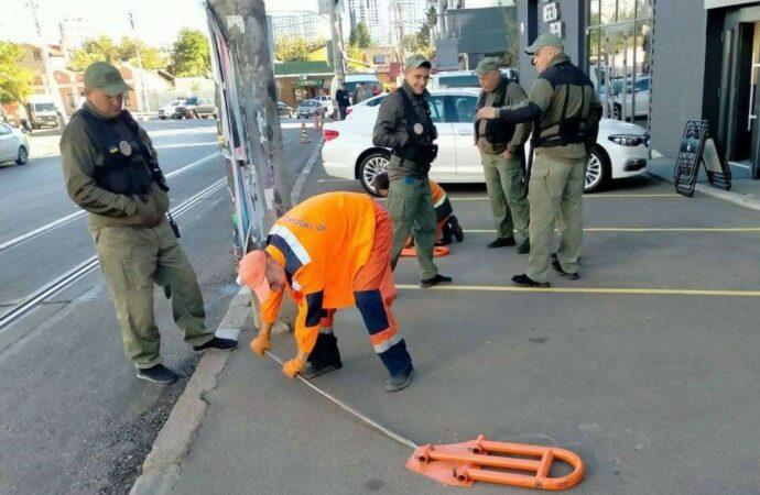 В Одессе боролись с самозахватом парковок и самодельными лежачими полицейскими