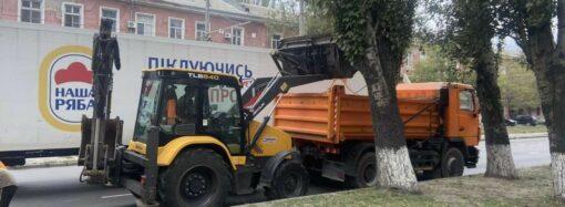 Одесситам показали, как в городе моют остановки, тротуары и чистят ливневки