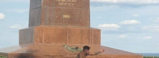 В Одессе голый мужчина решил погреться у Вечного огня (фото)