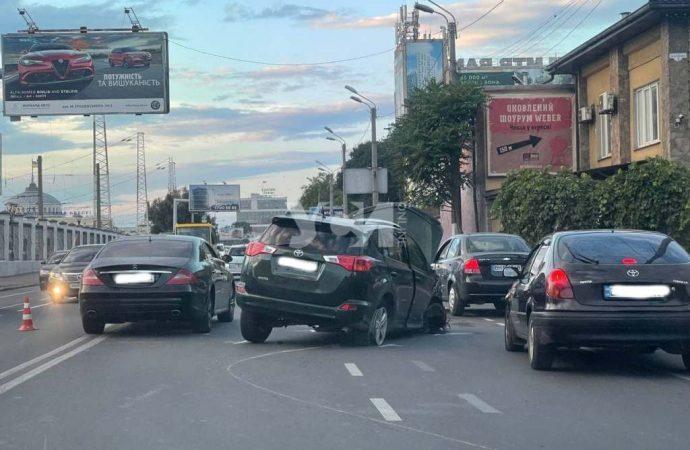 Одесская улица Среднефонтанская стала в пробке – столкнулись две легковушки