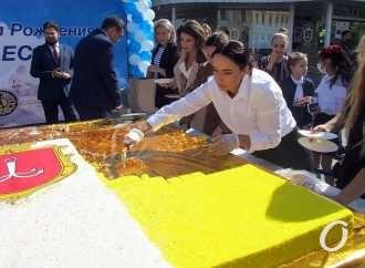 Дюк угощает: в День города одесситы лакомились мега-тортом в цветах флага города